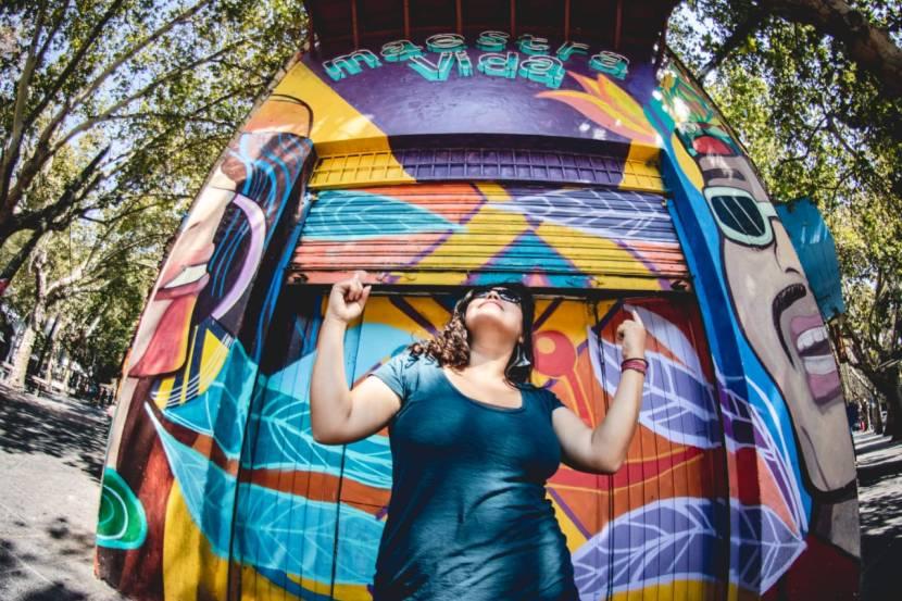 ¡Un mural que invita a bailar! Nueva fachada de MaestraVida